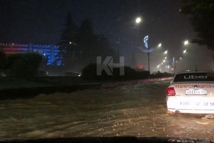 В Сочи включили сирены и предупредили об эвакуации из-за наводнения