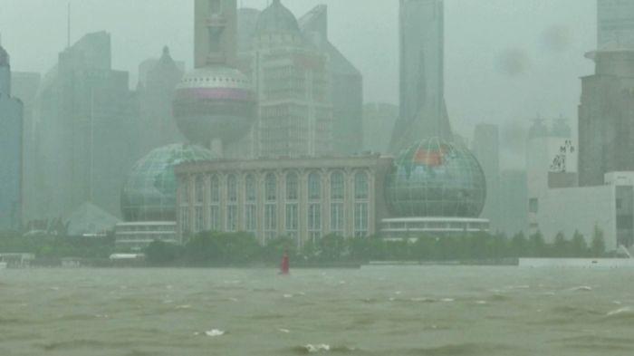 Тайфун парализовал Шанхай и движется на Токио