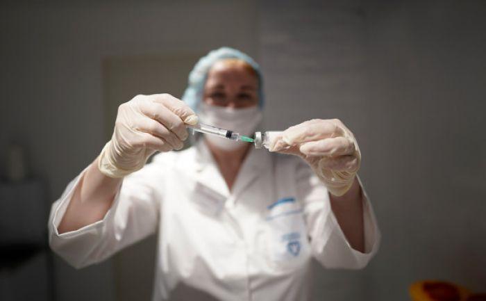 Врач объяснил случаи смерти после вакцинации от коронавируса в России