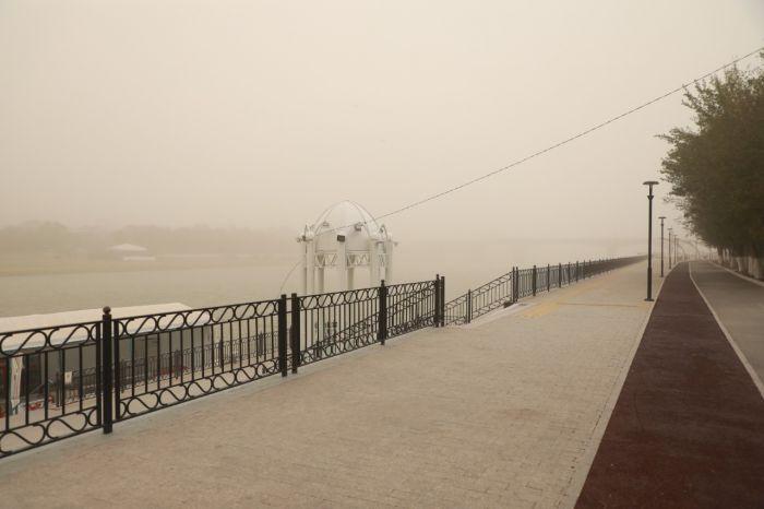 Атырау в объятиях пыльной бури